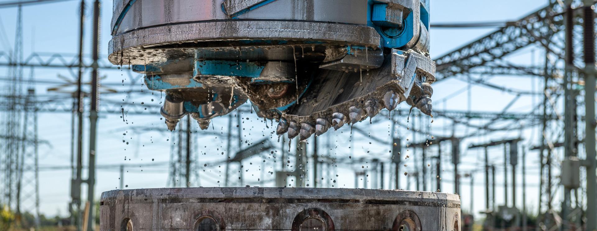 Pfahlbohrungen unter Hochspannungsleitungen mit der Soilmec SR-75 Blue Tech der HEIKLEN HÖHEN HELDEN von Himmel u. Papesch